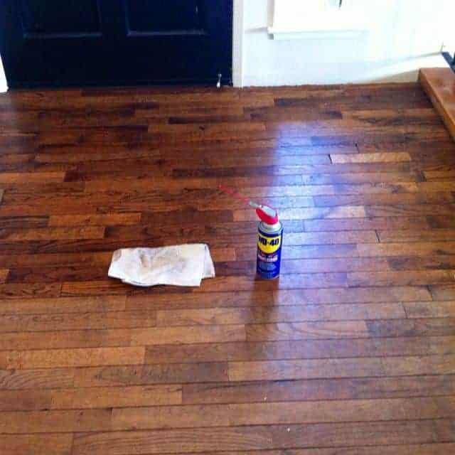 Αφαίρεση σημαδιών από παρκέ: Πάτωμα σαν καινούργιο με το WD-40!